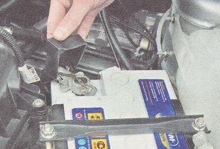 снимаем защитный резиновый чехол с положительного вывода аккумулятора