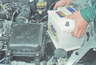 снимаем аккумулятор с автомобиля
