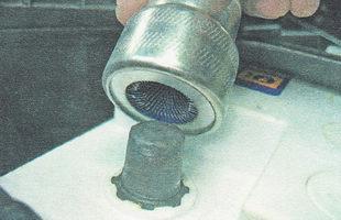 при помощи приспособления зачищаем выводы аккумулятора до появления блеска