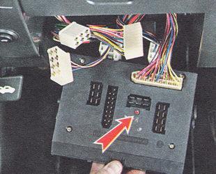 отсоединяем от монтажного блока пять разъемов жгутов проводов