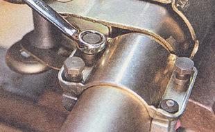 накидным ключом на 10 мм равномерно (крест-накрест, по пол-оборота) затягиваем болты крепления замка зажигания до отрыва их головок