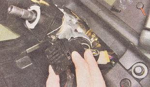 сжав пружинные фиксаторы правого подрулевого переключателя, извлекаем его