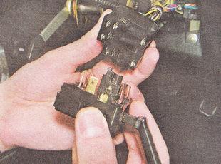 отсоединяем разъем жгута проводов от подрулевого переключателя