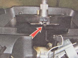 центральный саморез крепления нижней накладки рулевой колонки