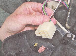 преворачиваем облицовку и отсоединяем разъем от снимаемого выключателя