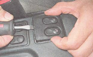 извлекаем блок выключателей из накладки туннеля пола
