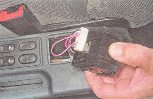 отсоединяем разъем проводов от блока выключателей