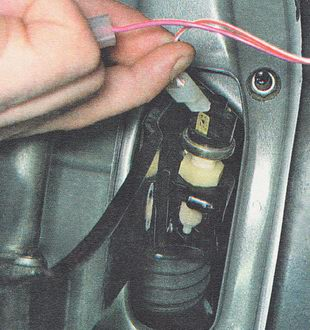 отсоединяем электрические разъемы двух проводов от выводов выключателя
