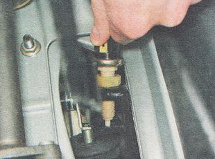 выворачиваем выключатель из кронштейна педали тормоза