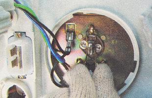 ружинный фиксатор лампы дальнего света