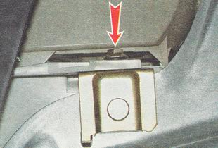 отворачиваем гайку крепления нижнего кронштейна фары (на фото вид снизу)