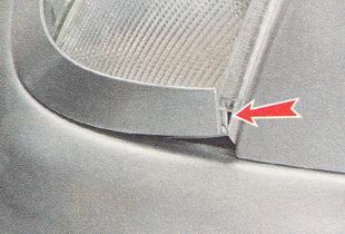 выводим наружный конец накладки фары из зацепления с кромкой переднего крыла
