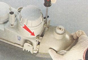 отворачиваем два винта крепления переднего указателя поворота к корпусу блок-фары