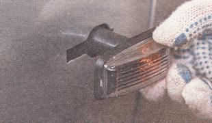 извлекаем резиновый защитный чехол указателя поворота