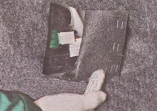 в багажнике открываем клапан в декоративной обшивке, под которой расположен задний фонарь