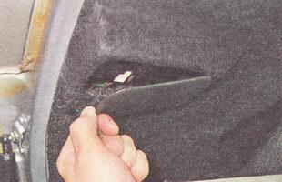 для доступа к контактной панели фонаря необходимо снять крышку с обшивки двери