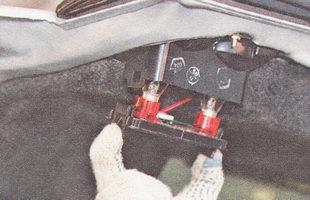 извлекаем из корпуса внутренней части заднего фонаря контактную панель вместе с лампами