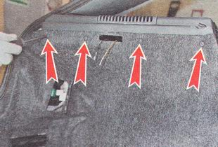 отворачиваем шесть саморезов крепления верхнего края обшивки боковины багажника