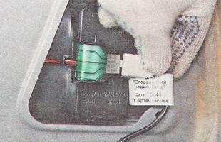 отсоединяем разъем жгута проводов от выводов заднего фонаря