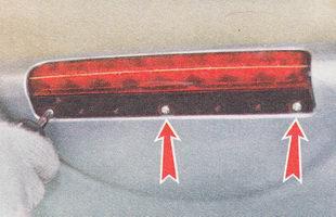 отворачиваем три самореза крепления дополнительного стоп-сигнала к спойлеру