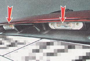 на автомобиле ВАЗ 2111 с кузовом универсал фонари освещения номерного знака установлены под декоративной накладкой двери багажника
