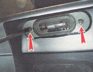 саморезы крепления фонаря освещения номерного знака