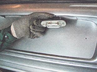 извлекаем фонарь из отверстия бампера вместе с резиновым защитным чехлом