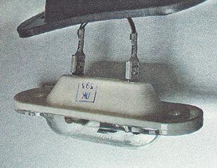 снимаем защитный резиновый чехол с фонаря освещения номерного знака