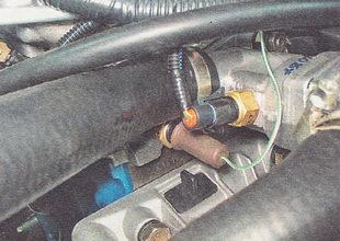 снимаем защитный чехол с датчика указателя температуры охлаждающей жидкости