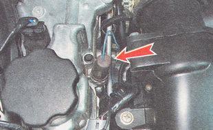 снимаем с датчика аварийного давления масла защитный чехол