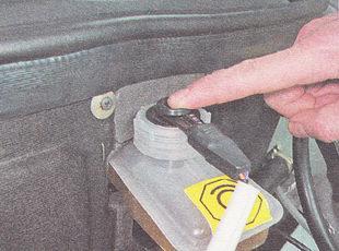 утапливаем шток поплавка датчика уровня тормозной жидкости