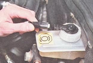 отсоединяем разъем жгута проводов от датчика уровня тормозной жидкости