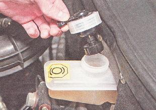 извлекая поплавок датчика уровня тормозной жидкости из бачка главного тормозного цилиндра, снимаем датчик