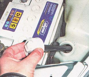 извлекая поплавок датчика из бачка омывателя, снимаем датчик
