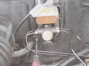 винт, соединяющий части обшивки моторного отсека