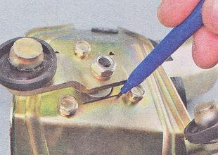 перед снятием кривошипа маркером отмечаем его положение относительно кронштейна мотор-редуктора
