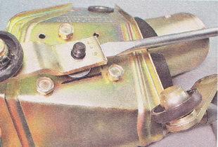 снимаем кривошип со шлицев вала мотор-редуктора стеклоочистителя