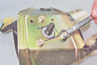 отворачиваем три болта крепления мотор-редуктора к кронштейну
