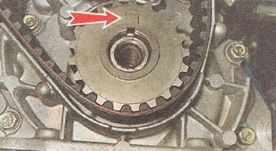 метки шкива коленвала с меткой на корпусе масляного насоса ВАЗ 2112