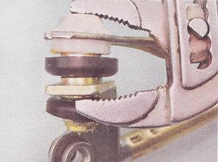 шарнирные соединения тяг стеклоочистителя
