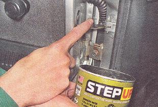 наносим пластичную смазку на рабочую поверхность ограничителей дверей