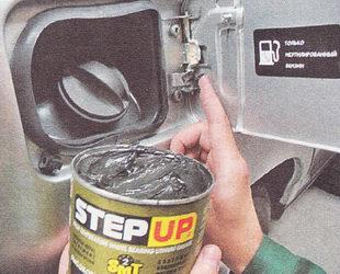 наносим пластичную смазку на пружину и шарнир лючка бензобака