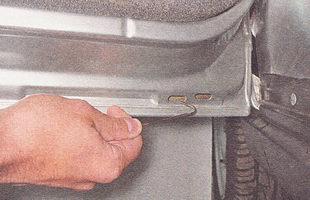 прочищаем дренажные отверстия в дверях