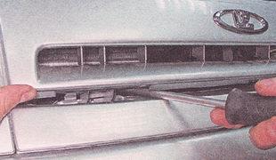 два фиксатора нижнего крепления решетки радиатора с левой и правой сторон