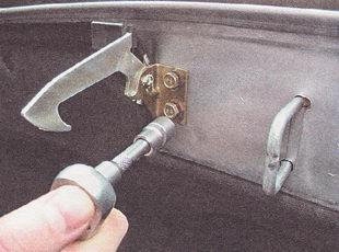 болты крепления кронштейна крючка капота