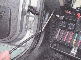 вытягиваем тягу замка капота в салон автомобиля