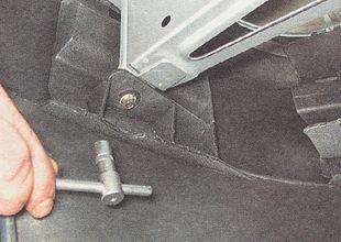 болт нижнего крепления бампера к кронштейну кузова
