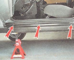 шесть саморезов верхнего крепления накладки порога