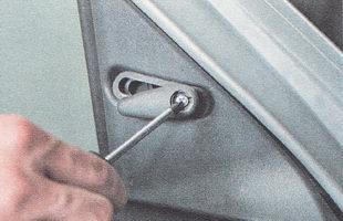 винт крепления рукоятки управления зеркалом