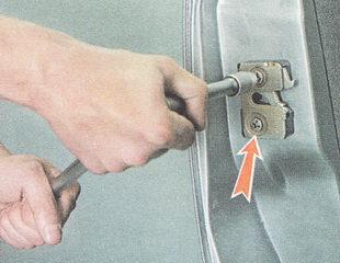 ослабляем затяжку двух винтов замка передней двери